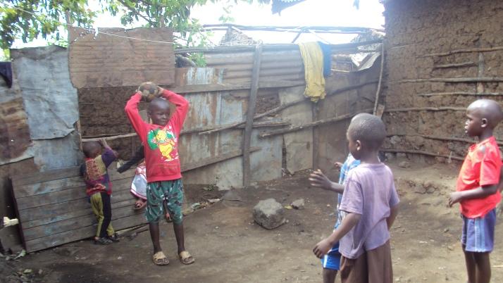 Kinder beim spielen in Tumaini