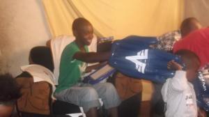 Die Riesenhände waren eines der Highlights für die Kinder in Kenia